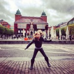 N gör ett skutt på Stora Torget i Borås